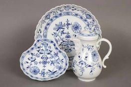 3 Teile MEISSEN Porzellan diverse Epochen, unterglasurblaues ¨Zwiebelmuster¨-Dekor, bestehend aus