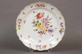 Große MEISSEN Platte um 1900 (Knaufzeit), Form ¨Neuer Ausschnitt¨, polychrome Blumenmalerei mit