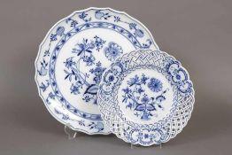 2 STADT MEISSEN/CARL TEICHERT Porzellane um 1900, unterglasurblaues ¨Zwiebelmuster¨-Dekor, bestehend