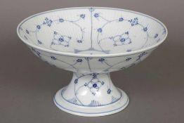 Wohl SCHIERHOLZ/PLAUE Fußschale unterglasurblaues ¨Strohblumen¨-Dekor, runde Schale auf eingezogenem