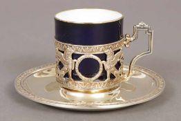 Mokkatasse mit Untertasse Porzellan und 800er Silber-Tassenhalter (Deutsch, um 1900, Empire-Form),