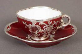 Mokkatasse mit Untertasse unbekannte Manufaktur, vierpassige Form, roter Fond mit Silver-overlay,