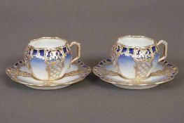Paar Mokkatassen mit Untertassen um 1900, passige Form mit rocaillierter Silver-Overlay, blau