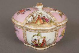 MEISSEN Deckeldose2. Hälfte 19. Jhdt., ovale, passige Form, im rosafarbenem Fond Goldkartuschen
