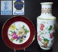 Vase. Zierteller. Vase. KAISER Porzellan 20. Jahrhundert. Farbige Bemalung mit Vögeln auf