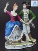 """Figurengruppe """"Galantes Tanzpaar"""". Figurengruppe """"Galantes Tanzpaar"""" auf Rocaillensockel stehend."""