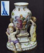 Figuren-Potpourri-Vase. Figuren-Potpourri-Vase. MEISSEN um 1860, Modellnummer 1649. Farbig bemalt,