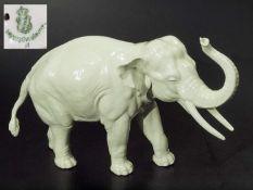 Elefant, Rüssel aufwärts, Glückselefant. NYMPHENBURG. Elefant, Rüssel aufwärts, Glückselefant.