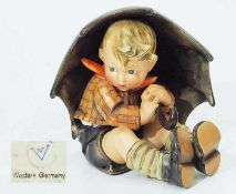 "Hummelfigur "" Geborgen (Junge)"". Hummelfigur "" Geborgen (Junge)"". Modellnummer 152 A, 1. Wahl."