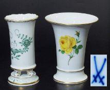 """Zwei Vasen. Zwei Vasen. MEISSEN, Marke 1972 - 1980. 1) Kratervase, 1. Wahl, Dekor """"Gelbe Rose"""", gold"""