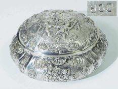 """Silberdose. Silberdose. Deutsch, 800er Silber punziert. Getriebenes Reliefdekor """"Kinderreigen"""" mit"""