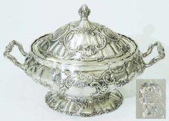 Große Deckelterrine.Große Deckelterrine. 19. Jahrhundert. Silber geprüft, vier Punzen schwer zu