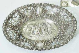 Durchbruchschale.Durchbruchschale. 800er Silber. Gemuldete ovale Form, Fahne durchbrochen