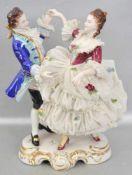 Elegantes Tanzpaar auf Rocaillensockel stehend, bunt bemalt, Mädchen im Tüllkleid, H 20 cm, FM