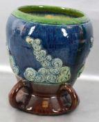 Vase rund, verzierter Fuß, grün/blauer Rand, Wandung mit plastischen Ornamenten verziert, H 19 cm,