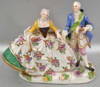 Elegantes Paar auf ovalem Sockel stehend, mit halbplastischen Blüten, leicht best., bunt bemalt, H