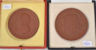 Zwei Medaillen Böttgerporzellan, rund, im originalen Kasten, blaue Schwertermarke Meissen