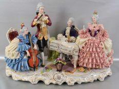 Das Hauskonzert auf Rocaillensockel stehend, musizierende Paare, Damen im Tüllkleid, mit Blumen,