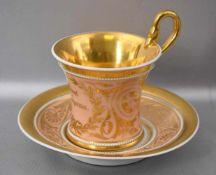 Biedermeier-Tasse mit Untertasse, breiter Goldrand, beige und gold verziert, mit Aufschrift,
