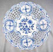 Großer Teller Dekor blaues Zwiebelmuster, durchbrochen verziert, mit vier Medaillons, Dm 33 cm, FM