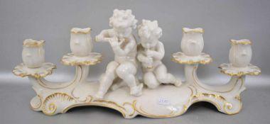 Tischkerzenleuchter 4-lichtig, im Barockstil, mit zwei musizierenden Puttos, gold verziert, im Boden