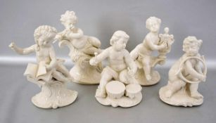 Fünf Musikanten aus dem Frankentaler Puppenorchester, auf Rocaillensockel sitzend, weiß glasiert,