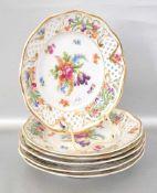 Sechs Dessertteller durchbrochener Rand, mit Blumenranken verziert, Rand und Spiegel mit bunter