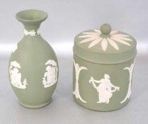 Vase und Deckeldose grün, mit weißen halbplastischen figürlichen Verzierungen, H ca. 12 cm, FM