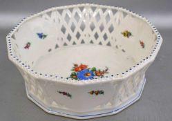 Gebäckschale rund, durchbrochen, Medaillons mit bunter Blumenbemalung, H 6 cm, Dm 17 cm, FM