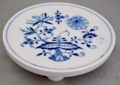 Untersetzer rund, auf vier Kugelfüßen stehend, Dekor blaues Zwiebelmuster, Dm 15,5 cm, blaue