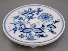 Untersetzer rund, auf drei Kugelfüßen stehend, Dekor blaues Zwiebelmuster, Dm 14 cm, blaue