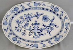 Große Fleischplatte oval, Dekor blaues Zwiebelmuster, 34 X 47 cm, 19. Jh., II. Wahl, blaue
