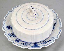 Butterdose gewellter Rand, Dekor blaues Zwiebelmuster, Dm 20 cm, FM Stadt Meissen, um 1900