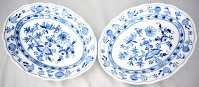 Zwei Platten oval, Dekor blaues Zwiebelmuster, breiter Rand, am Rand besch., 26 X 34 cm, II. Wahl,