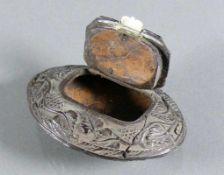 Schnupftabakdose (19.Jh.) Holz; ovoider, gedrückter Korpus; umlaufend geschnitzter Jagddekor mit
