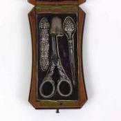 Näh-Etui (Mitte 19.Jh.) klappbare Hornschatulle mit 4 Näh-Utensilien in Silber (geprüft)