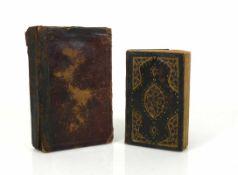 Koran 2 div. handgeschriebene und verzierte Koran-Bücher; 1x in geprägtem, floral gestaltetem