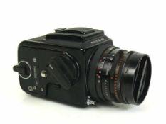 HASSELBLAD-Kamera Modell 500C/M; Carl Zeiss Objektiv Planar 2,8/80, 7169937; Funktion nicht geprüft;