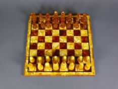 Bernstein-Schachspiel (20.Jh.) Brett und Figuren in Bernstein; Brettmaß: ca. 31 x 31 cm; H: König