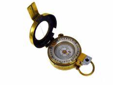 Kompass (London, 19./20.Jh.) in Messinggehäuse mit aufklappbarem, verglastem Deckel;