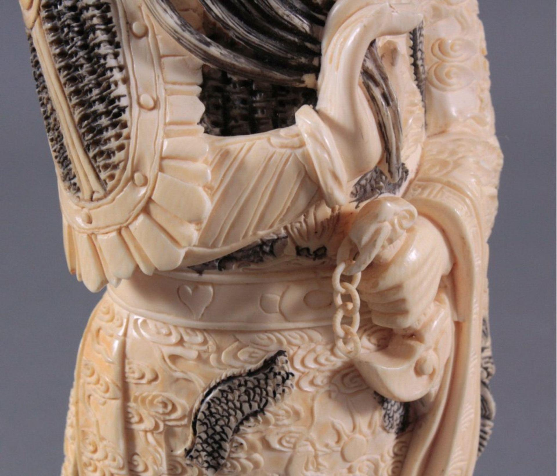 Elfenbeinfigur, 19./20. Jh.Guandi, vollplastisch geschnitzt, schwarz eingefärbt. Seinelinke Hand - Bild 6 aus 6