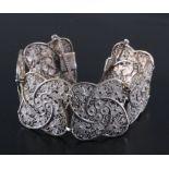 Antikes Armband um 1900835er Silber, filigran gearbeitet, Bügel an der Schließe zumHerunterdrücken