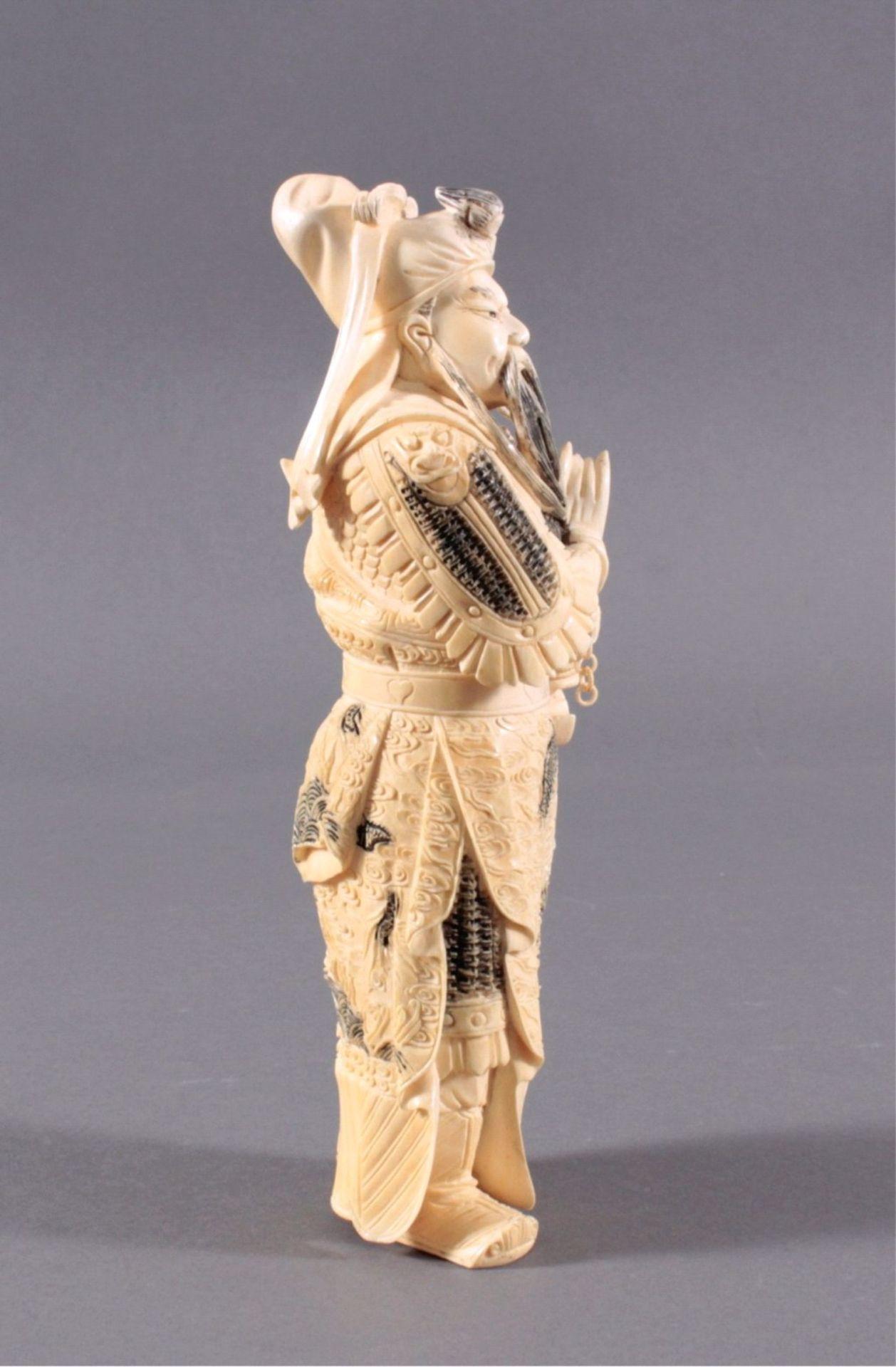 Elfenbeinfigur, 19./20. Jh.Guandi, vollplastisch geschnitzt, schwarz eingefärbt. Seinelinke Hand - Bild 2 aus 6