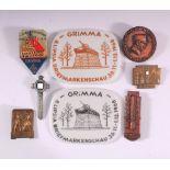 Tagungs und Veranstaltungsabzeichen Grimm18 Stück. Dabei Metall-, Holz- und Porzellanabzeichen
