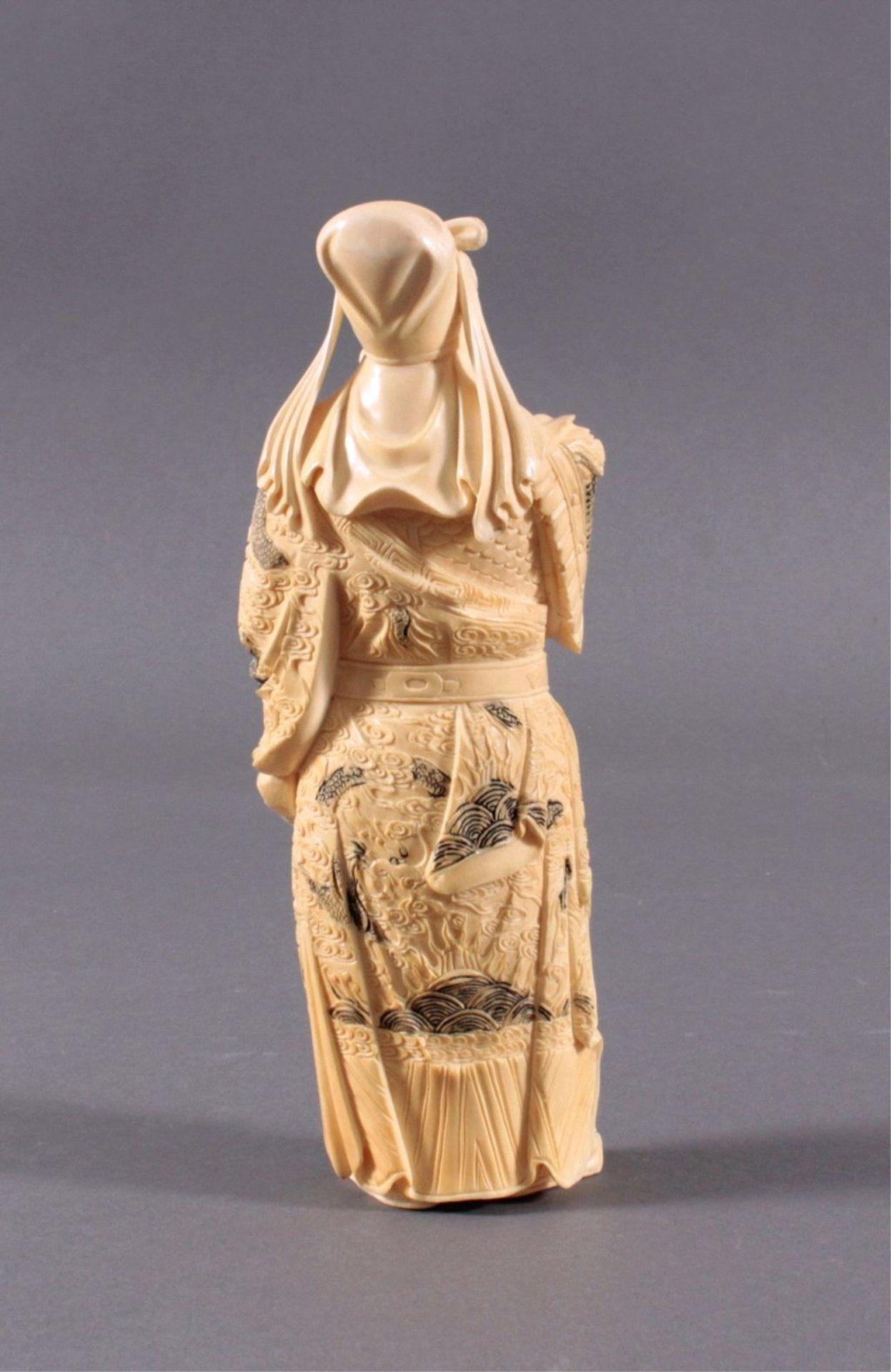 Elfenbeinfigur, 19./20. Jh.Guandi, vollplastisch geschnitzt, schwarz eingefärbt. Seinelinke Hand - Bild 3 aus 6