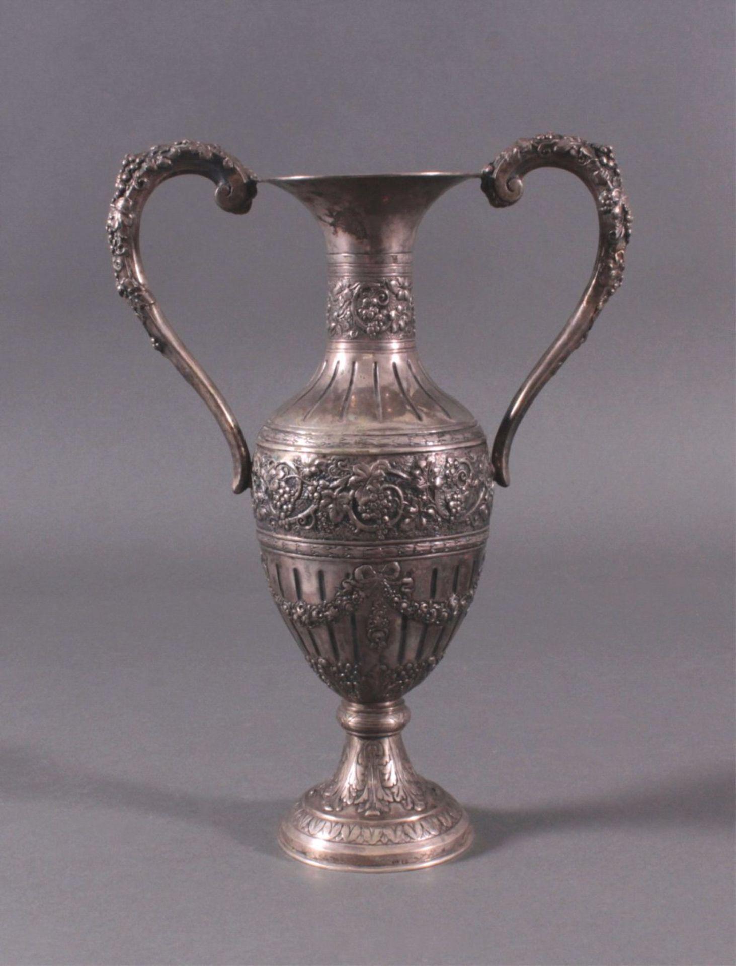Amphorenvase, um 1900800er Silber, Sichel und Krone. Balusterförmig, Silbergetrieben, mit reichem