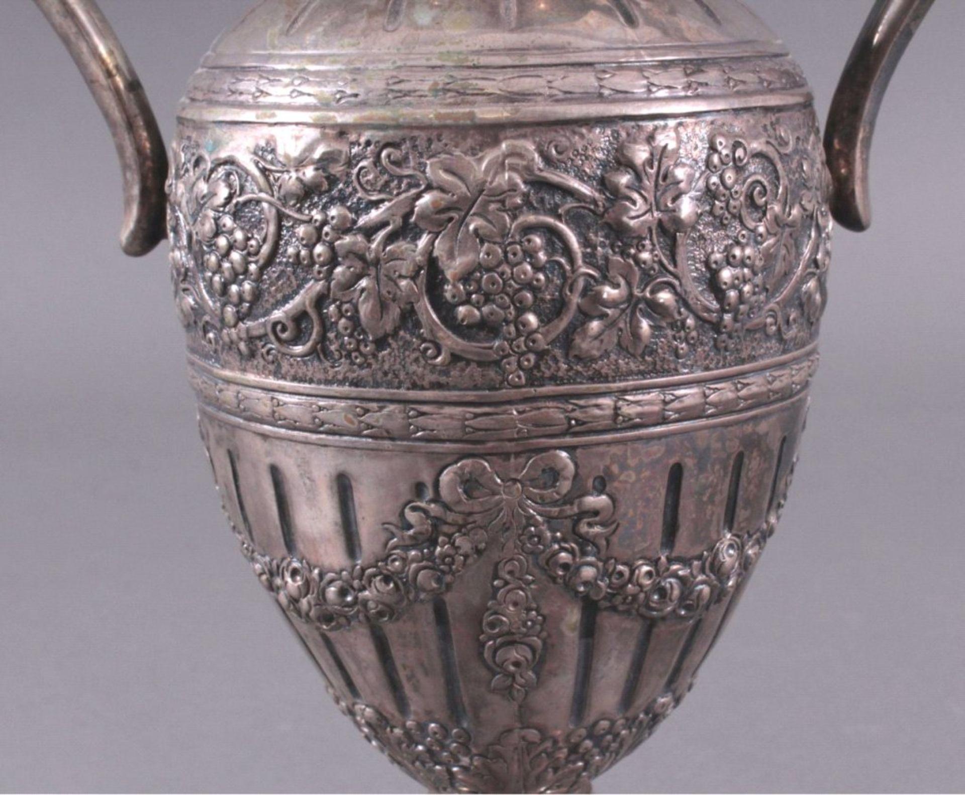 Amphorenvase, um 1900800er Silber, Sichel und Krone. Balusterförmig, Silbergetrieben, mit reichem - Bild 3 aus 4