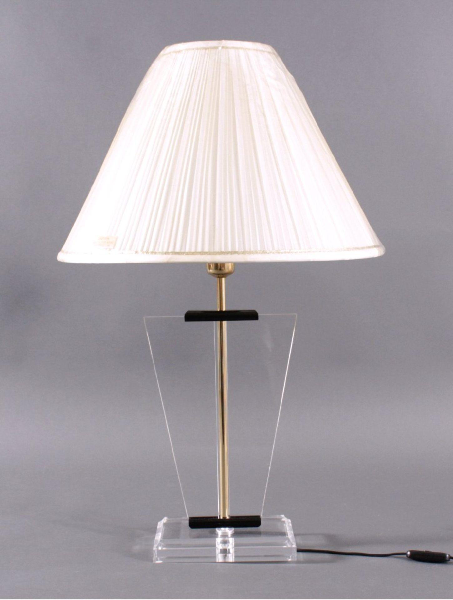 Tischlampe wohl 70er JahreDurchsichtiger Acrylfuss mit durchlaufendem Messingrohr, ca.H- 73 cm, D-