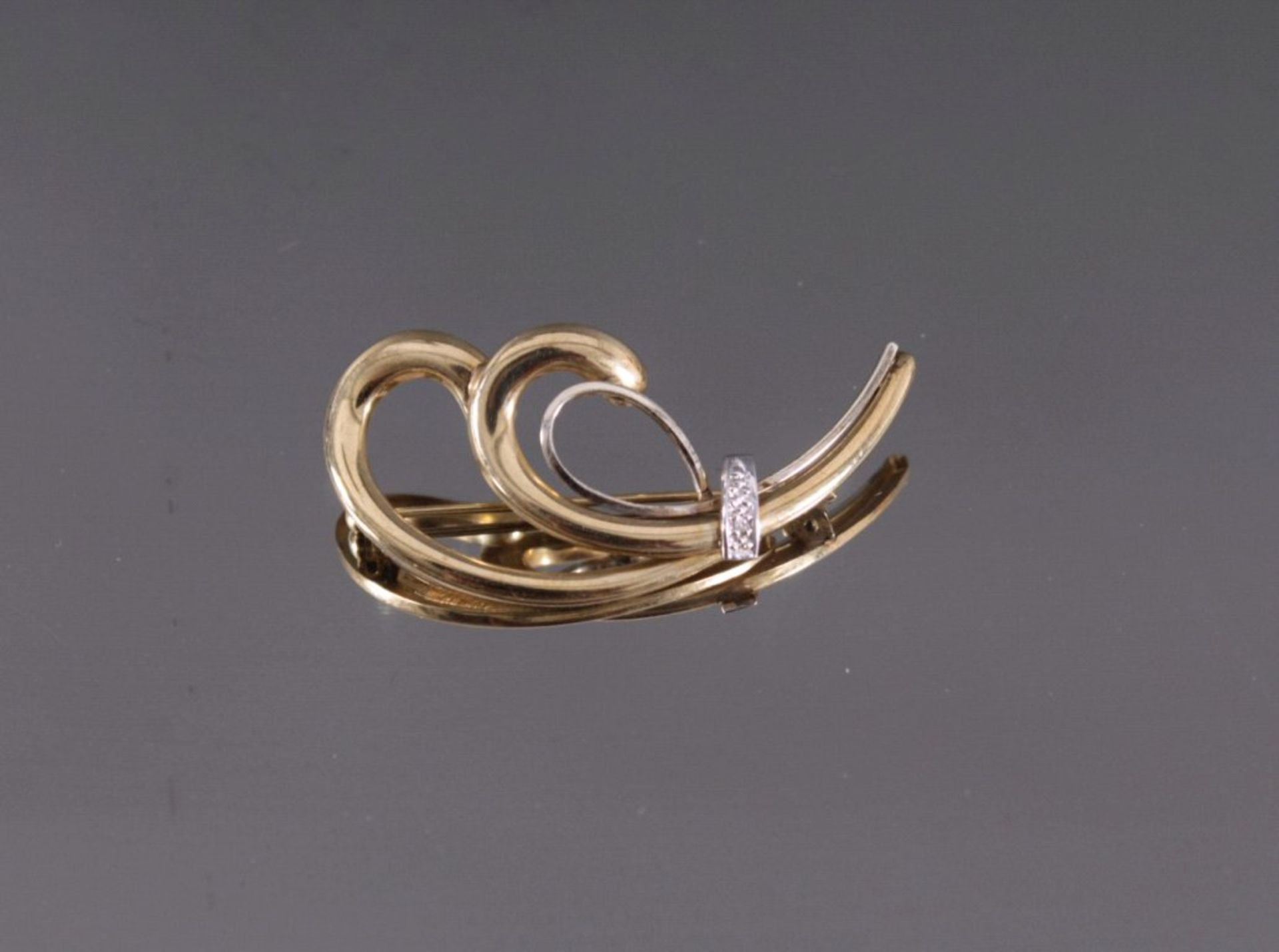 Brosche mit Diamanten333/000 Gelbgold, geschwungene Form, mit kleinen Diamantenim 8/8-Schliff, ca. 3