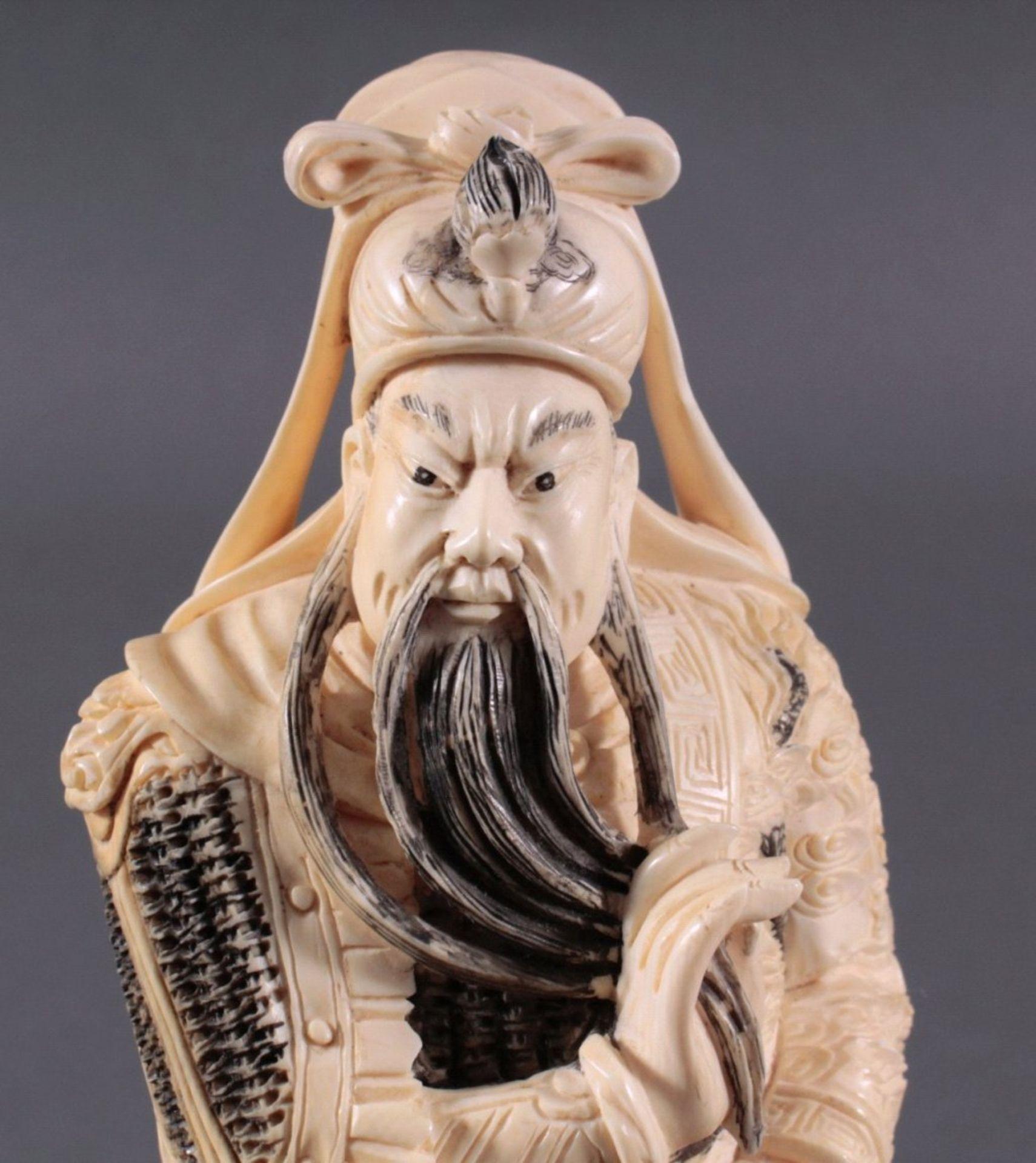 Elfenbeinfigur, 19./20. Jh.Guandi, vollplastisch geschnitzt, schwarz eingefärbt. Seinelinke Hand - Bild 5 aus 6